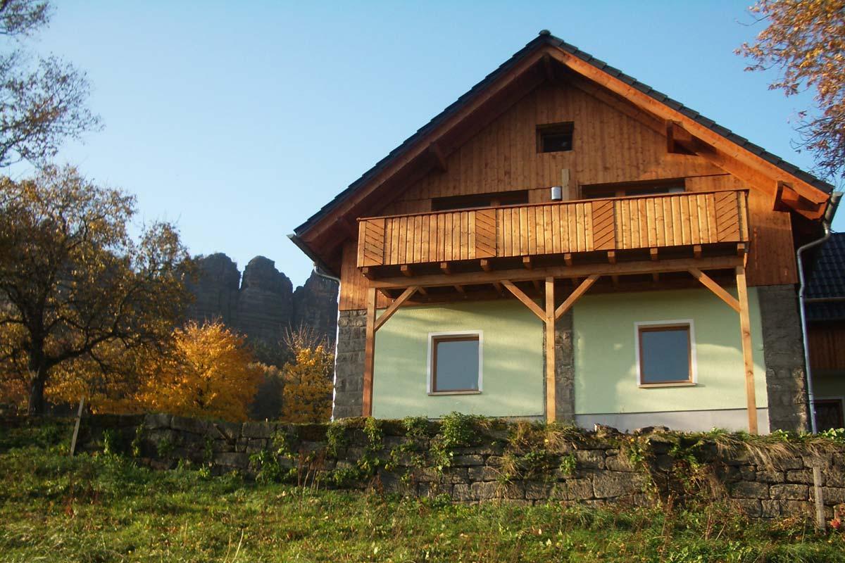 Blick auf Wohnhaus mit Ferienwohnungen vom Tal
