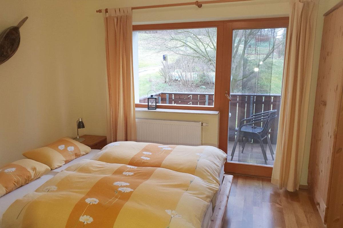 Ferienwohnung Abendrot - kleines Schlafzimmer mit Doppelbett und Balkon