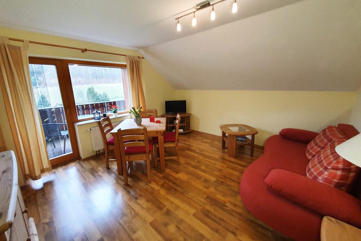 Ferienwohnung Morgensonne - Wohnzimmer mit TV und Balkon